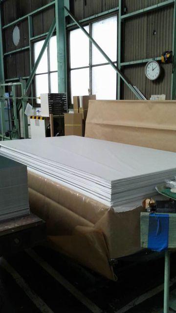 アルミ板を薄葉紙を挟みながら梱包