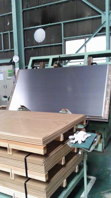 梱包したアルミ板を木枠に固定